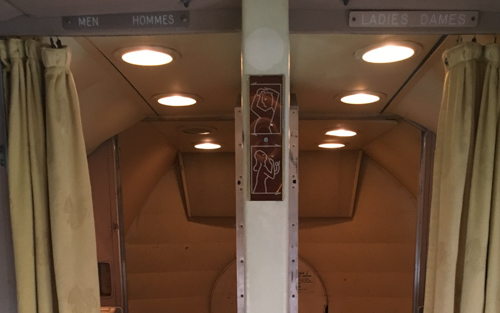 Entrée toilettes Super Constellation
